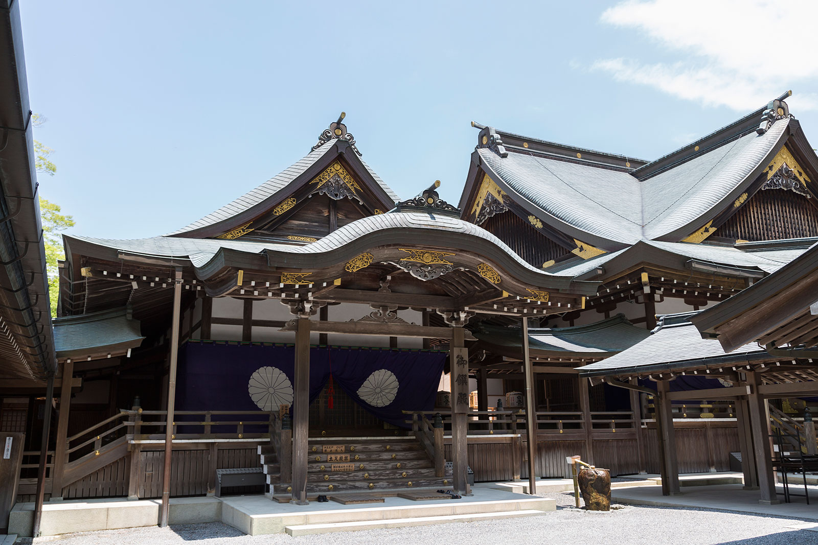 empire of japan and shinto State shintō (国家神道 or 國家神道, kokka shintō) describes empire of japan's ideological use of the native folk traditions of shinto [1]:547 the state strongly encouraged shinto practices to emphasize the emperor as a divine being [2]:8 this was exercised through control of finances and training regimes for priests.