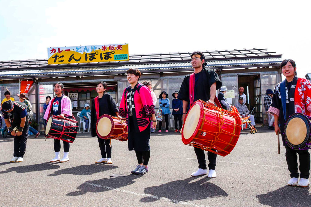 A few ALT friends of mine come support my taiko performances with local Japanese players — cultural exchange right there!