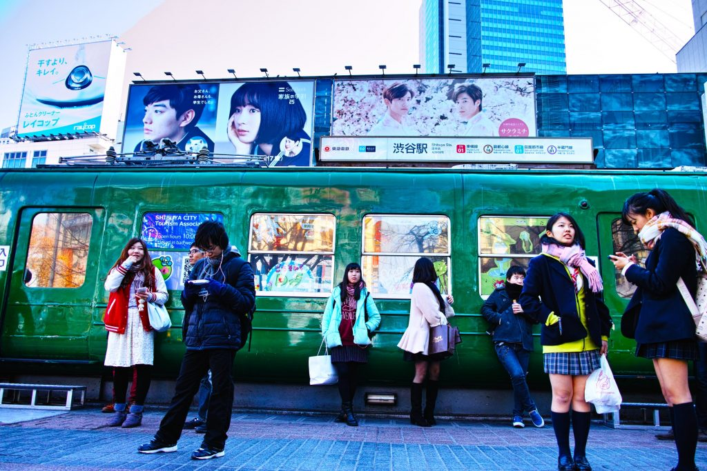 Two high school girls, single men, single women, are standing at a meeting point at Hachiko.